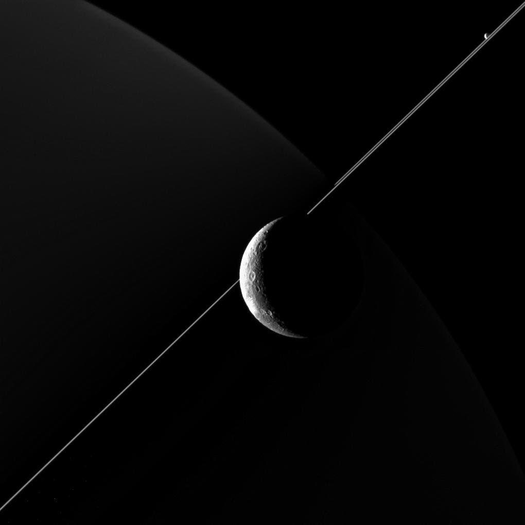 Diona vor Saturn am 16. Juni 2015