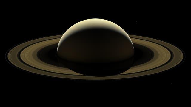 Gesamtaufnahme des Saturnsystems, teilweise aufgehellt.
