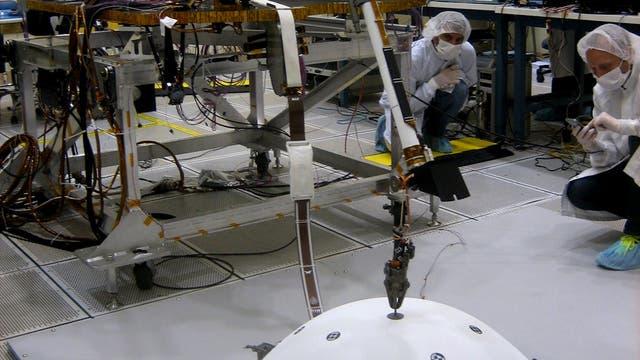 InSights Roboterarm mit dem Seismometer