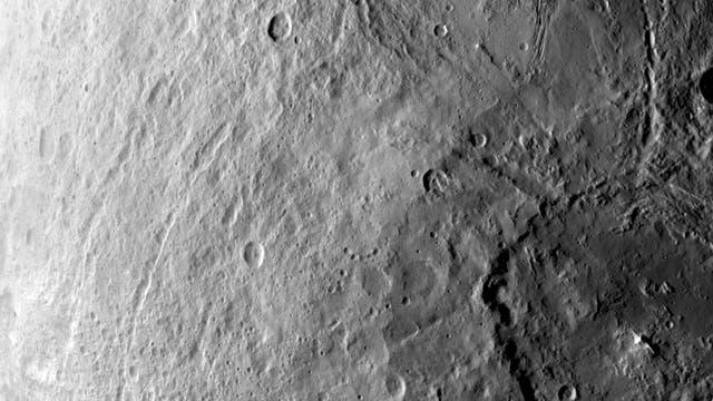 Ein großer Einschlagkrater auf der Südhalbkugel von Ceres, Aufnahme vom 6. Juni 2015
