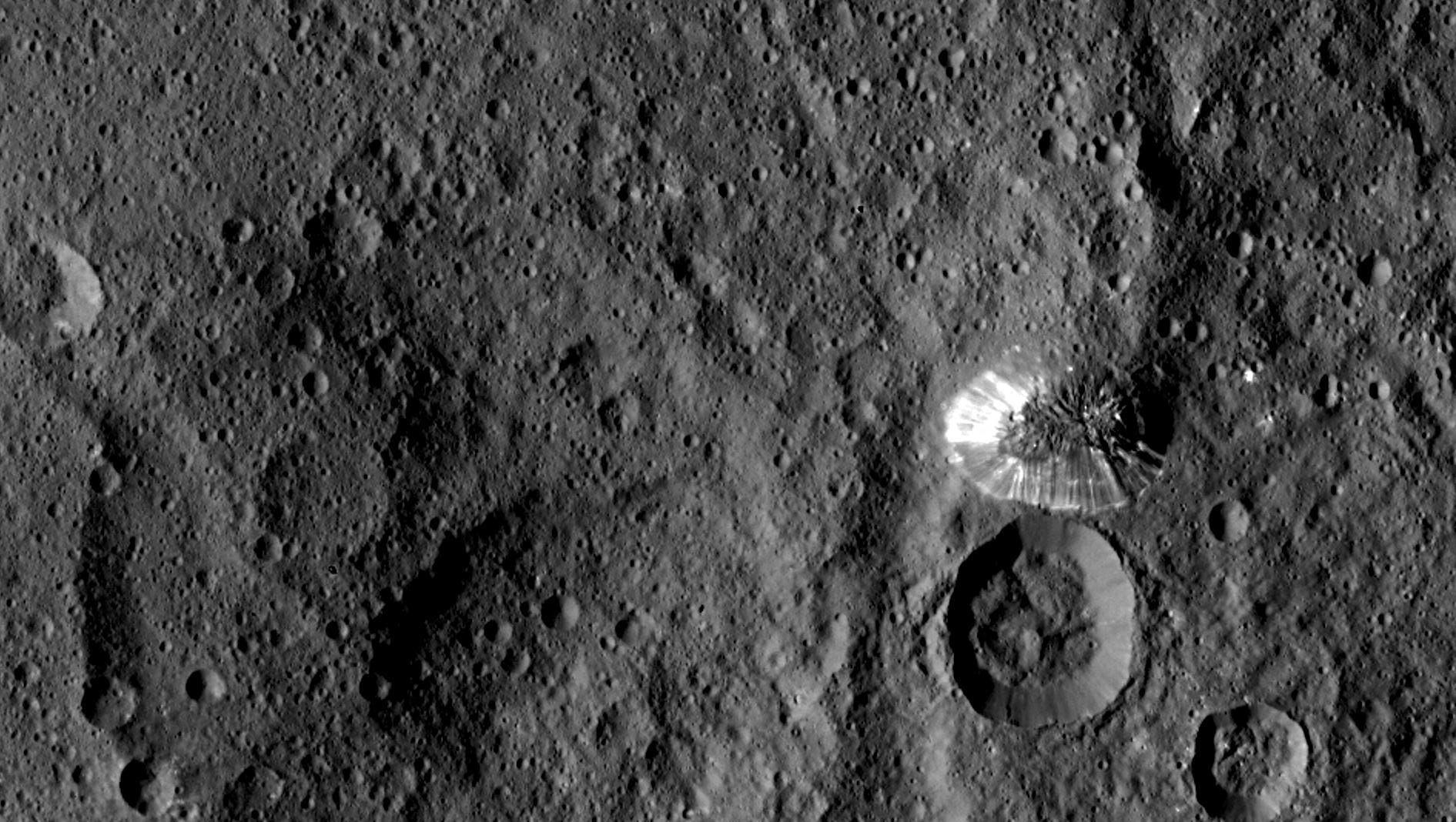 Ein sechs Kilometer hoher Berg auf Ceres (Aufnahme der Raumsonde Dawn)