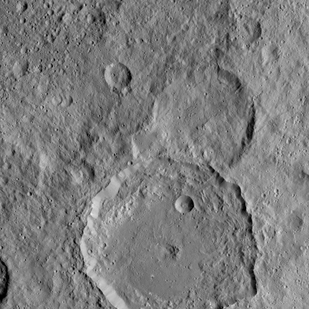 Der Krater Gaue auf Ceres (Aufnahme der US-Raumsonde Dawn)