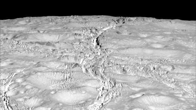 Der Nordpol von Enceladus wird von tiefen Kratern und Spalten geprägt.