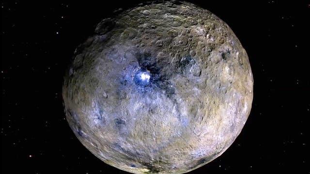 Ceres, eine ungewöhnliche Wasserwelt, mit dem Krater Occator