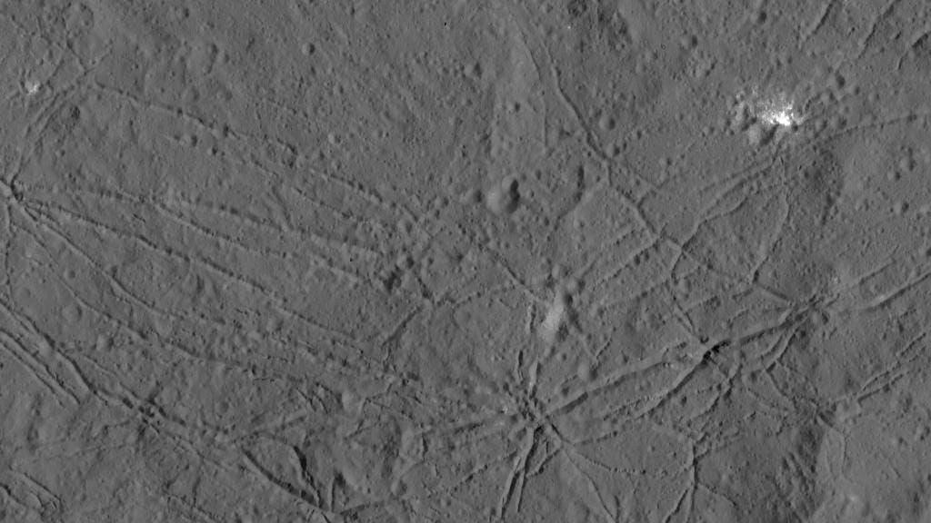 Furchen am Boden des Kraters Dantu