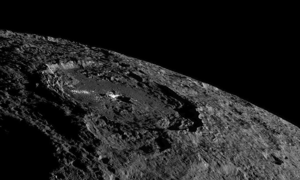 Schrägansicht des hellen Flecks Cerealia Facula im Krater Occator auf Ceres, aufgenommen von der Raumsonde Dawn
