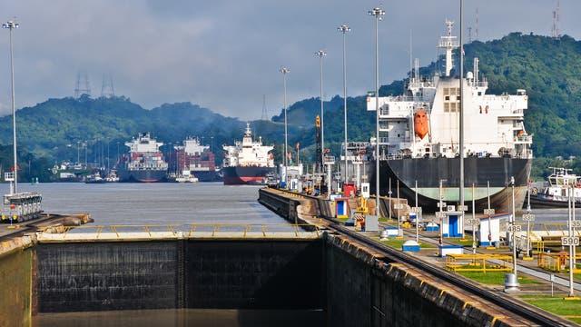 Containerriesen schieben sich durch den Panamakanal
