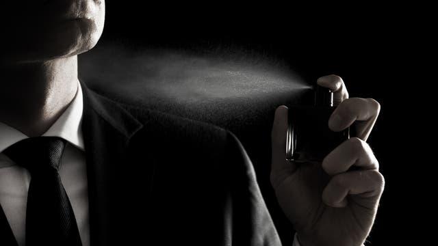 Ein Mann kneift die Augen im Aerosolnebel zu
