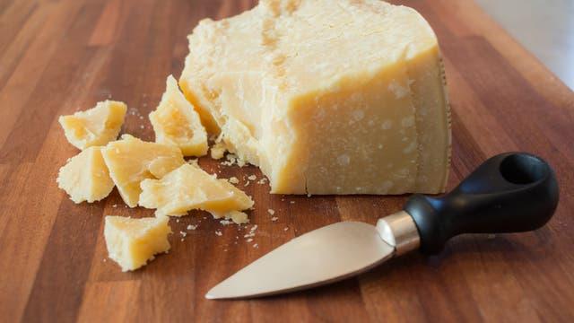 Parmesan mit Käsemesser