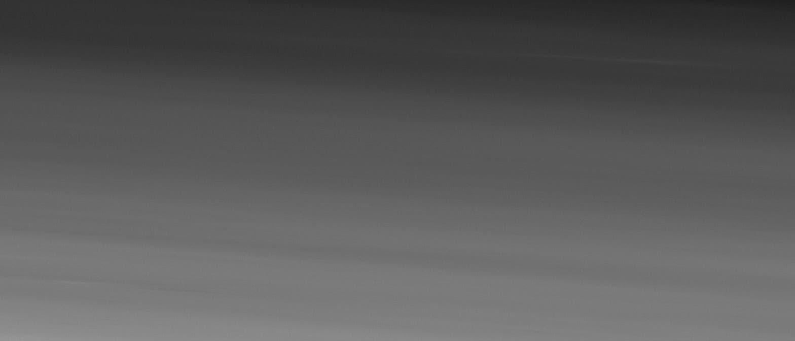 Der Marsmond Phobos schwebt über der Oberfläche des Roten Planeten