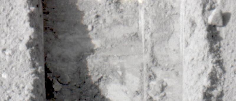 Marssonde Phoenix: Eine Furche mit Eisstückchen