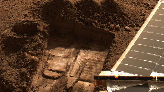 Grabung der Raumsonde Phoenix im Marsboden zur Probennahme