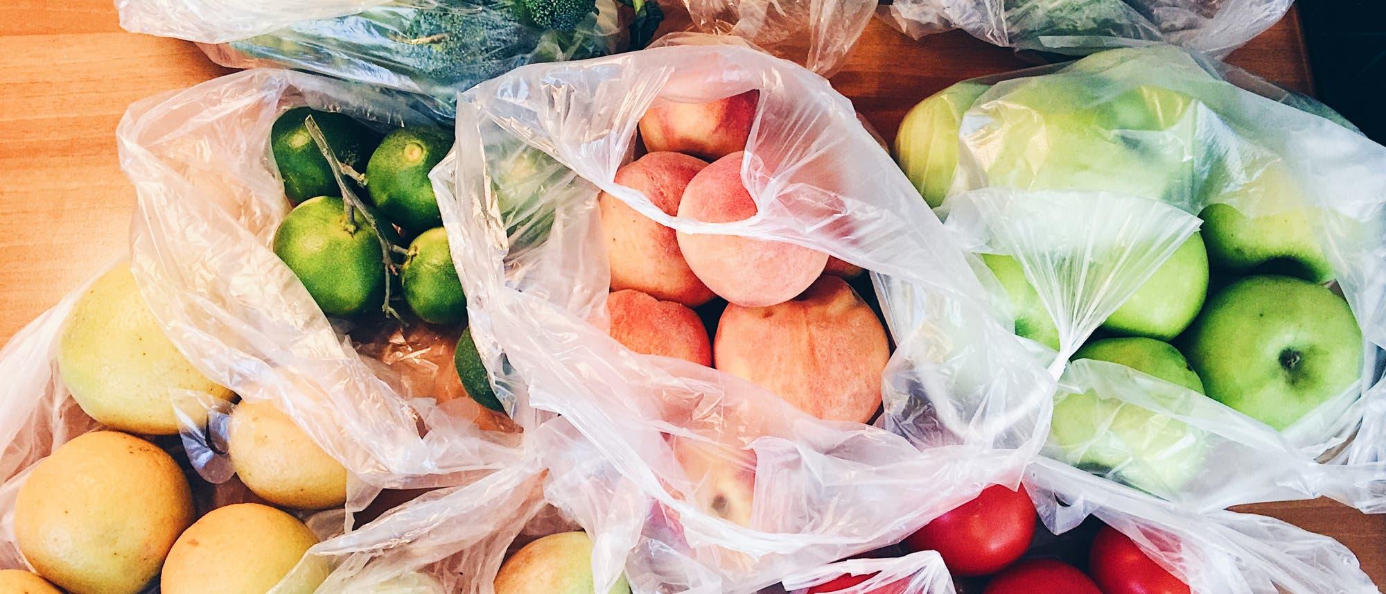 Obst in Plastiktüten
