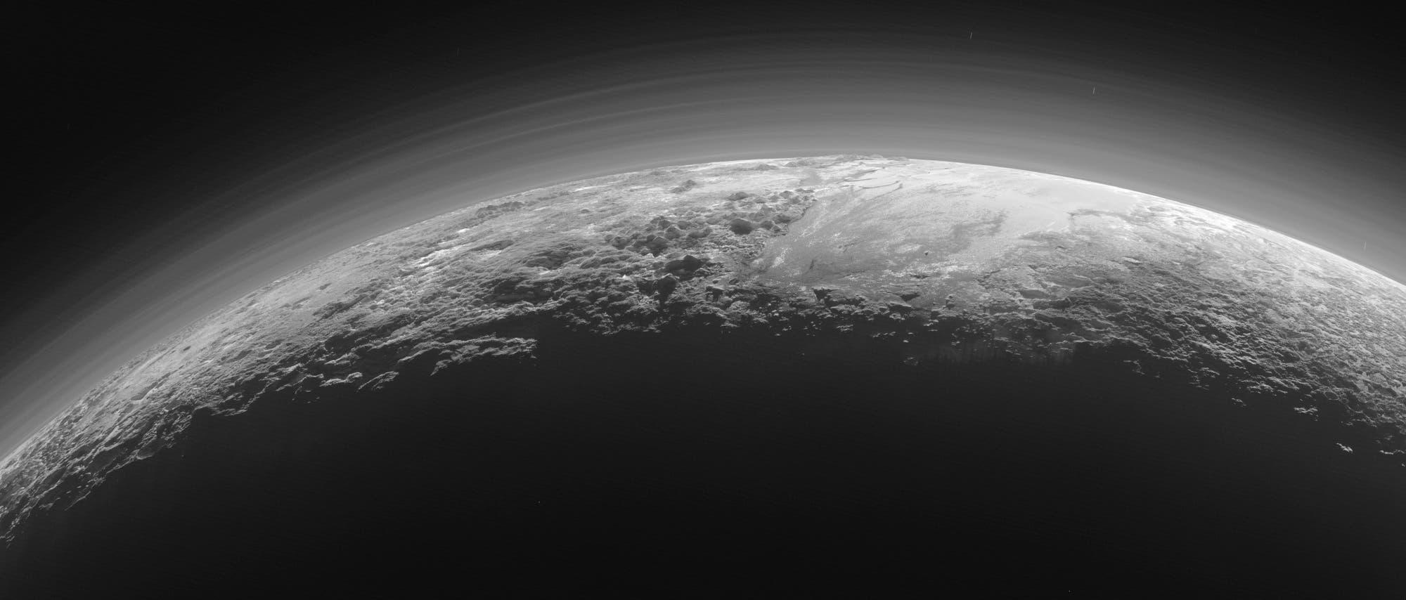 Ein atemberaubendes Bild der Pluto-Sichel