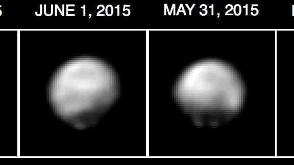 <p>Derzeit sind es nur wenige Pixel, die Pluto und Charon auf den Bildern der Raumsonde New Horizons einnehmen. Daher nutzen die Bildauswerter der NASA besondere rechnerische Verfahren, eine Dekonvolution, um noch mehr Details aus den Aufnahmen der Telekamera LORRI, dem Long Range Reconnaissance Imager, herauszuholen. Allerdings sind diese Ergebnisse nicht ganz eindeutig, so dass man kleinen Details der bearbeiteten Bilder keine zu große Bedeutung beimessen darf.</p>  <p>Die jezt veröffentlichten Bilder wurden zwischen dem 29. Mai und dem 2. Juni 2015 aus Abständen zwischen 55 und 50 Millionen Kilometern aufgenommen – dies entspricht etwa einem Drittel der Distanz Erde - Sonne. Auf der gesamten Oberfläche lassen sich helle und dunkle Regionen erkennen, insbesondere auf der Nordhalbkugel gibt es ein großes dunkles Gebiet. Durch die Bildverarbeitung erscheint Pluto scheinbar als ein unregelmäßig geformter Körper wie ein Asteroid. Dies ist jedoch ein Artefakt, der Zwergplanet ist in Wirklichkeit eine wohlgeformte Kugel. Die Bilder von New Horizons wurden auch zu einem Videoclip verarbeitet, auf dem die Rotation des Zwergplaneten und der umlaufende Mond Charon zu sehen ist. Auch bei Charon deuten sich nun erste Oberflächendetails an.</p>  <p>Pluto ist stark gegen seine Umlaufbahn geneigt, so dass derzeit der Südpol in Richtung Sonne weist. Auf den hier zu sehenden Bildern wurde Pluto so ausgerichtet, dass der Südpol nach oben zeigt. Worauf die hellen und dunklen Regionen zurückzuführen sind, werden wir in rund einem Monat erfahren, wenn New Horizons am 14. Juli 2015 dicht am Zwergplaneten vorbeifliegt.