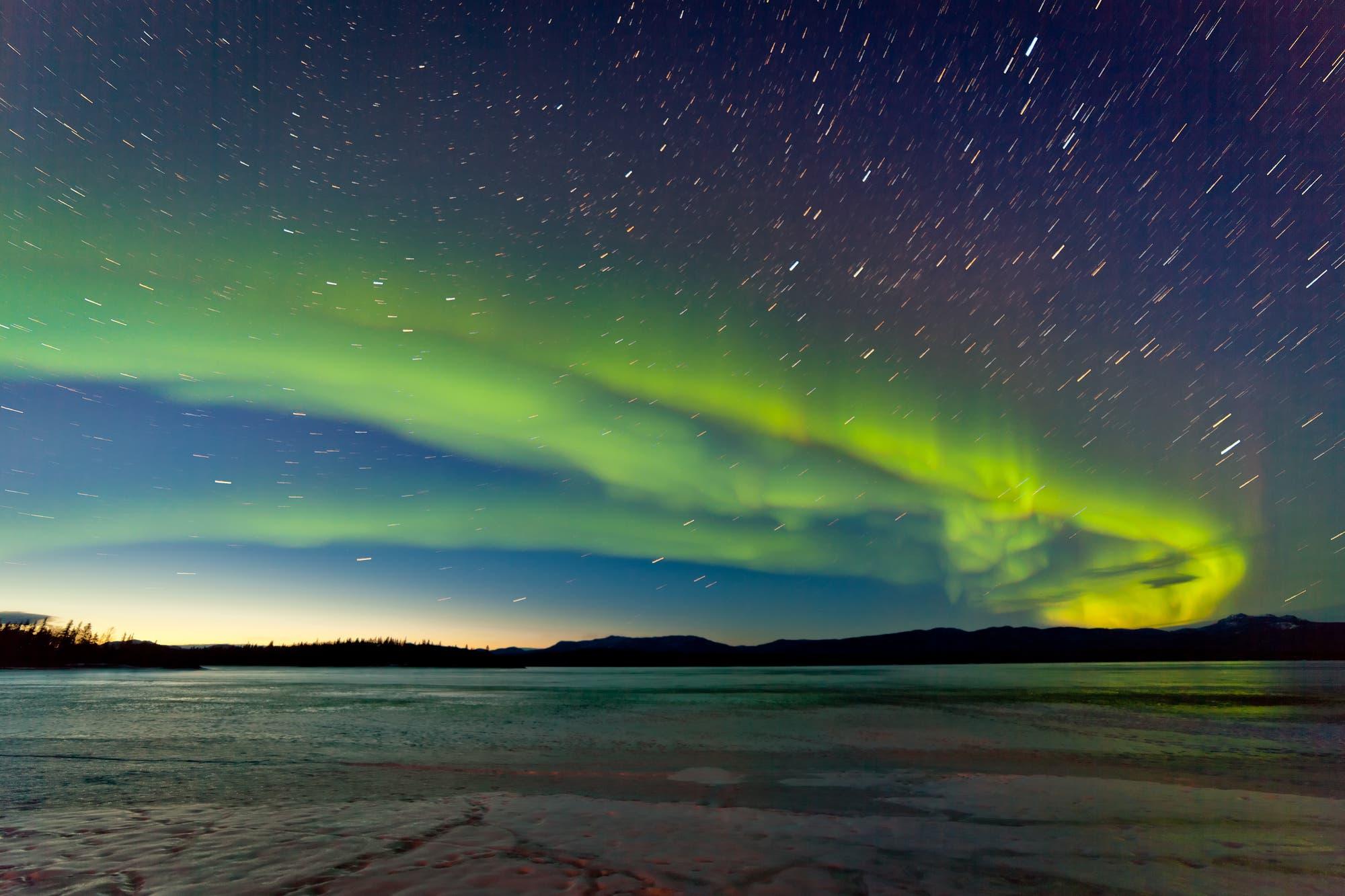 Polarlichter über zugefrorenem See