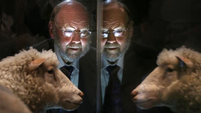Das Klonschaf Dolly erlangte vor 20 Jahren Weltruf. Hier ist es mit Ian Wilmut zu sehen.