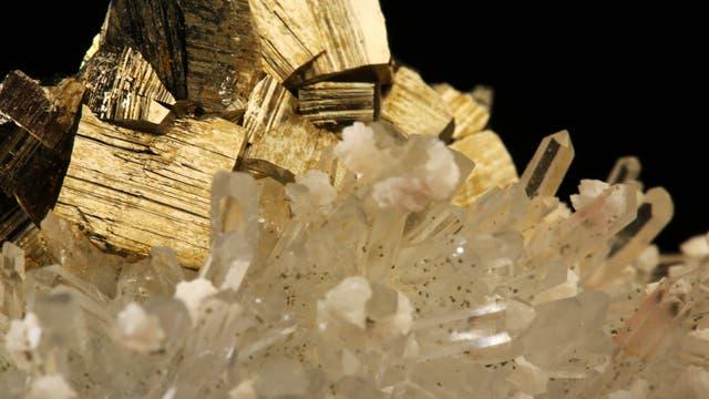Pyrit - auch als Katzengold bekannt - mit einem Bergkristall