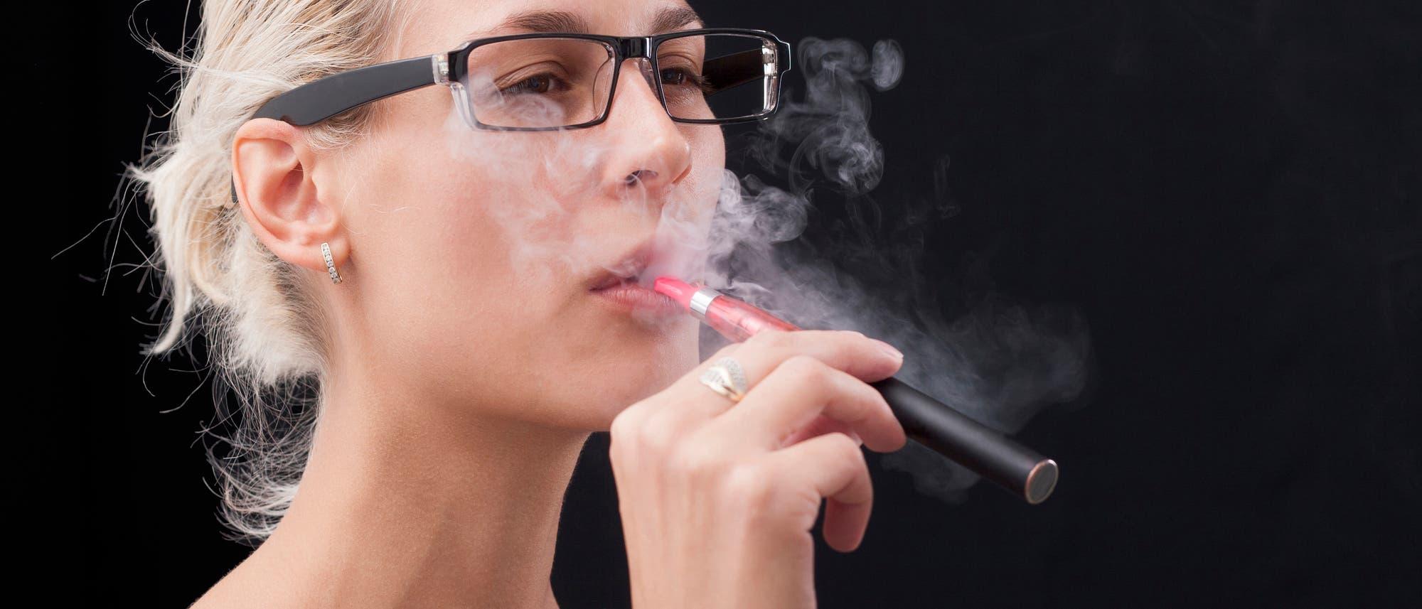 E-Zigarette rauchende Frau