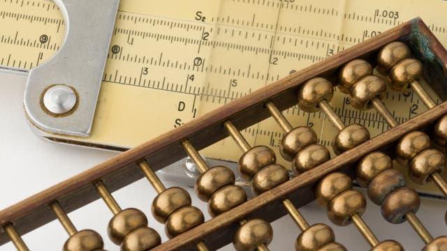 Rechenschieber, Rechenmaschine und Zahlenstrahle helfen beim rechnen