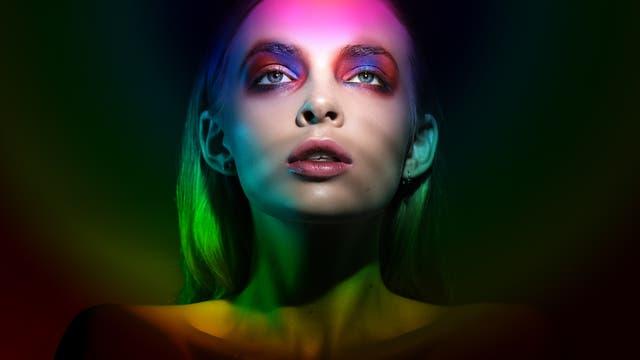 Eine junge Frau in Regenbogenfarben