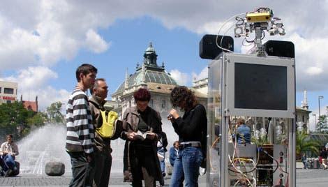 Roboter ACE unter Passanten und Touristen