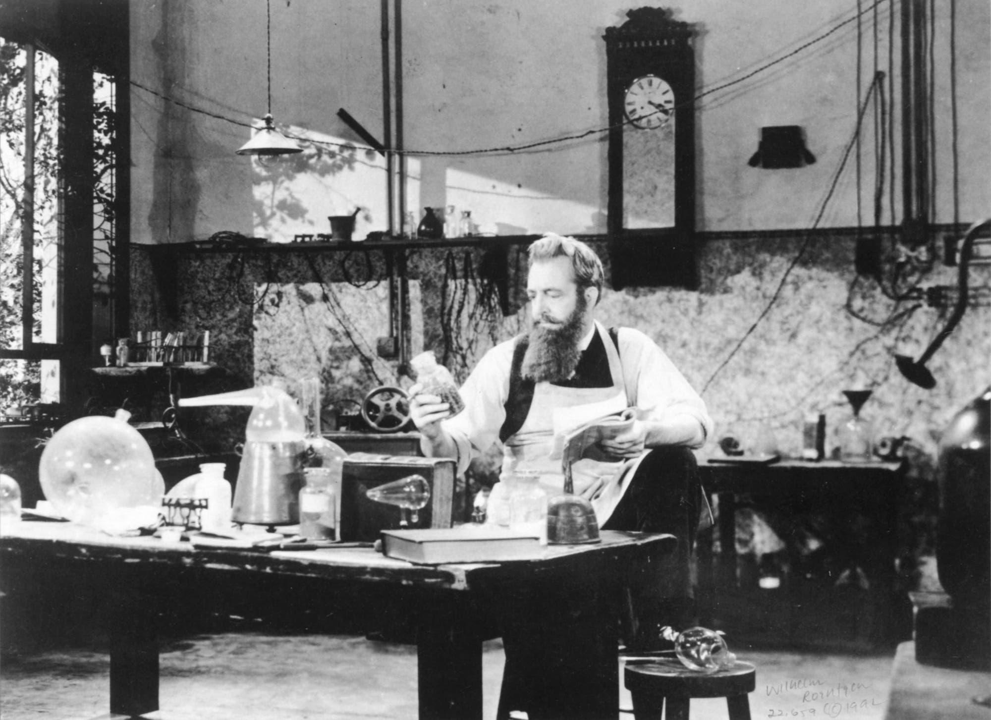 Wilhelm Conrad Röntgen in seinem Labor um 1896