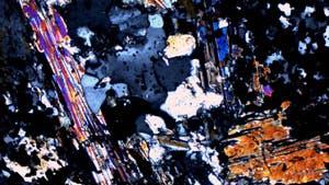 Gesteinsprobe unter dem Mikroskop