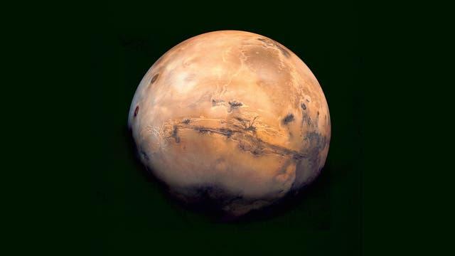 Im Zentrum dieses Mosaiks liegen die Valles Marineris – ein gigantisches Grabensystem mit einer Länge von 4000 Kilometern. Die Aufnahmen gewann der Viking Orbiter 1 in den 1970er Jahren.