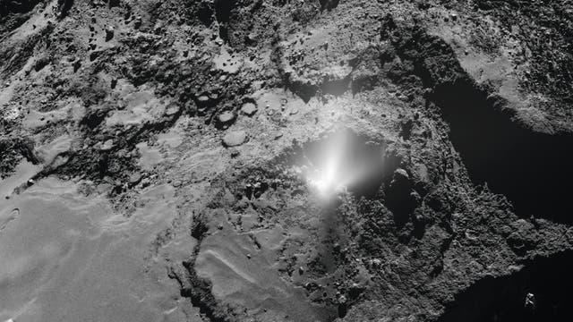 Die europäische Kometensonde Rosetta beobachtete am 3. Juli 2016 eine Staubfontäne über der Oberfläche des Kometen 67P/Tschurjumow-Gerasimenko.