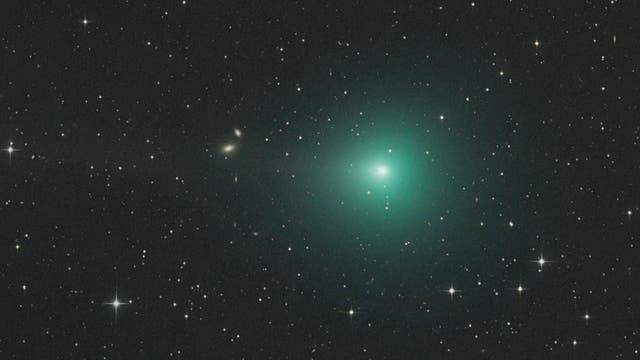 Die Kerne von Kometen stoßen bei Annäherung an die Sonne von bestimmten aktiven Zonen auf ihrer Oberfläche Gas aus.