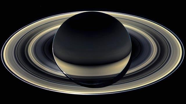 Ein eindrucksvolles Schauspiel bieten Saturns Ringe, wenn sie im gestreuten Licht fotografiert werden. Dann treten diejenigen hervor, die aus feinen Staubpartikeln bestehen.