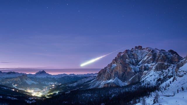 Eigentlich wollte der englische Fotograf Ollie Taylor am 14.November 2017 die Abendstimmung über den Dolomiten nahe dem italienischen Ort Alta Badia im Bild festhalten. Plötzlich leuchtete eine Feuerkugel über dem nördlichen Horizont auf. Dieses Phänomen erregte europaweit Aufsehen und stellte Laien wie Fachleute zunächst vor Rätsel.