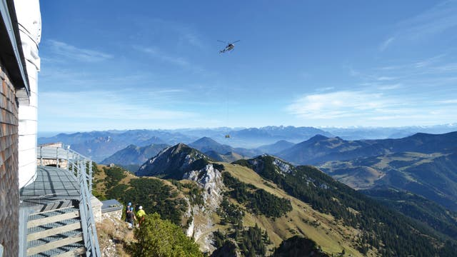Ein Hubschrauber brachte im Oktober 2016 neue optische Instrumente auf das Wendelstein-Observatorium  in 1838 Meter Höhe.