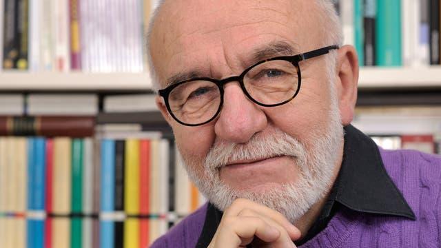 Ernst Peter Fischer, geboren 1947 in Wuppertal, studierte Mathematik, Physik und Biologie. Heute lehrt er Wissenschaftsgeschichte an den Universitäten Konstanz und Heidelberg.