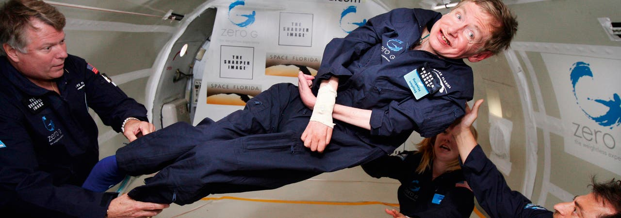 Stephen Hawking hatte trotz seiner schweren Erkrankung einen feinsinnigen Humor und ein großes Maß an Lebensfreude. So genoss er es, als er im April 2007 in einer umgebauten Boeing 727 das Gefühl der Schwerelosigkeit erleben durfte.
