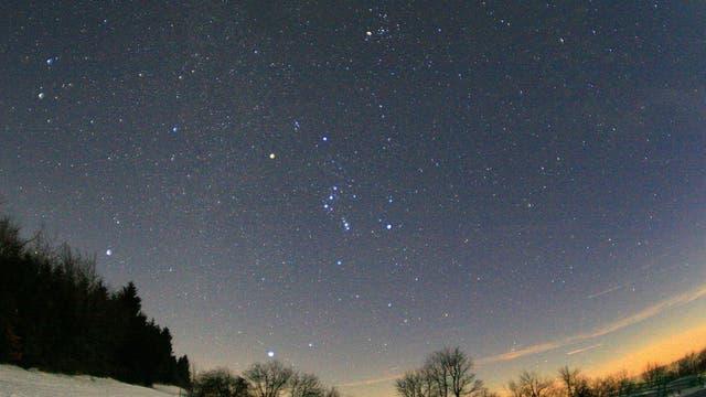Die meisten von uns können die ästhetischen Farben der hellsten Sterne schon mit dem bloßen Auge gut wahrnehmen.