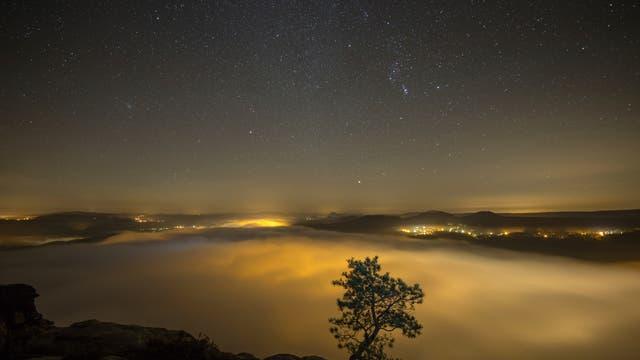 Nachthimmel im Morgennebel