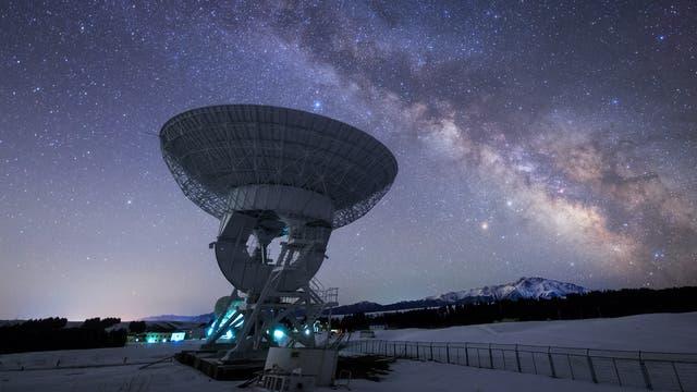 Milchstraße über dem Nanshan-Radioteleskop