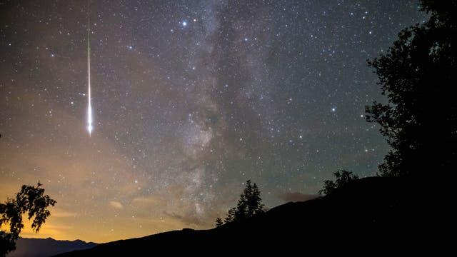 Der Meteorstrom der Perseiden ist immer für eine Überraschung gut: Dieses besonders prachtvolle Exemplar fotografierte Helmut Meier am frühen Morgen des 12.August 2006. Im Jahr 2018 wird kein Mondlicht die Beobachtung stören.