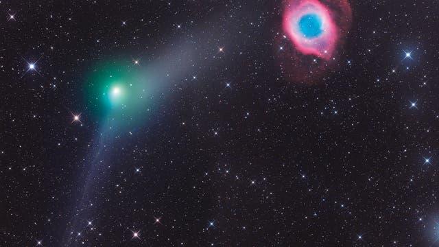Der Komet C/2013 X1 (PANSTARRS) begegnete am 5. Juni 2016 dem farbenprächtigen Helixnebel NGC7293. Das von Gerald  Rhemann in Namibia aufgenommene Bild zeigt sowohl den Gas- als auch den Staubschweif des Kometen. Zum Einsatz kamen ein 12-Zoll-Teleskop von ASA (f/3,6) und eine CCD-Kamera FLI ML 16200.