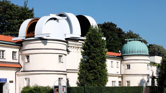 Ein imposanter Gebäudekomplex bestimmt das heutige Erscheinungsbild der Sˇtefánik-Sternwarte in Prag. Die beiden Kuppeln links beherbergen Teleskope für den öffentlichen Beobachtungsbetrieb, wobei sich unter der mittleren Kuppel – der Hauptkuppel – der historische Doppelrefraktor von Zeiss befindet.