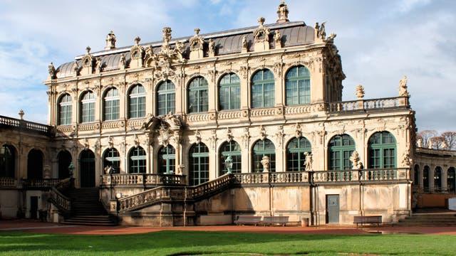 Seit dem Jahr 1746 residiert der Mathematisch-Physikalische Salon im nordwestlichen Eckpavillon des vom Dresdner Barockbaumeister Matthäus Daniel Pöppelmann (1662–1736) entworfenen Zwingerkomplexes.