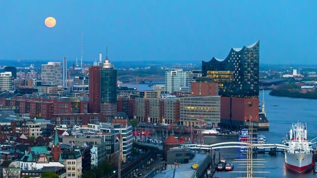 Mond über Hamburg