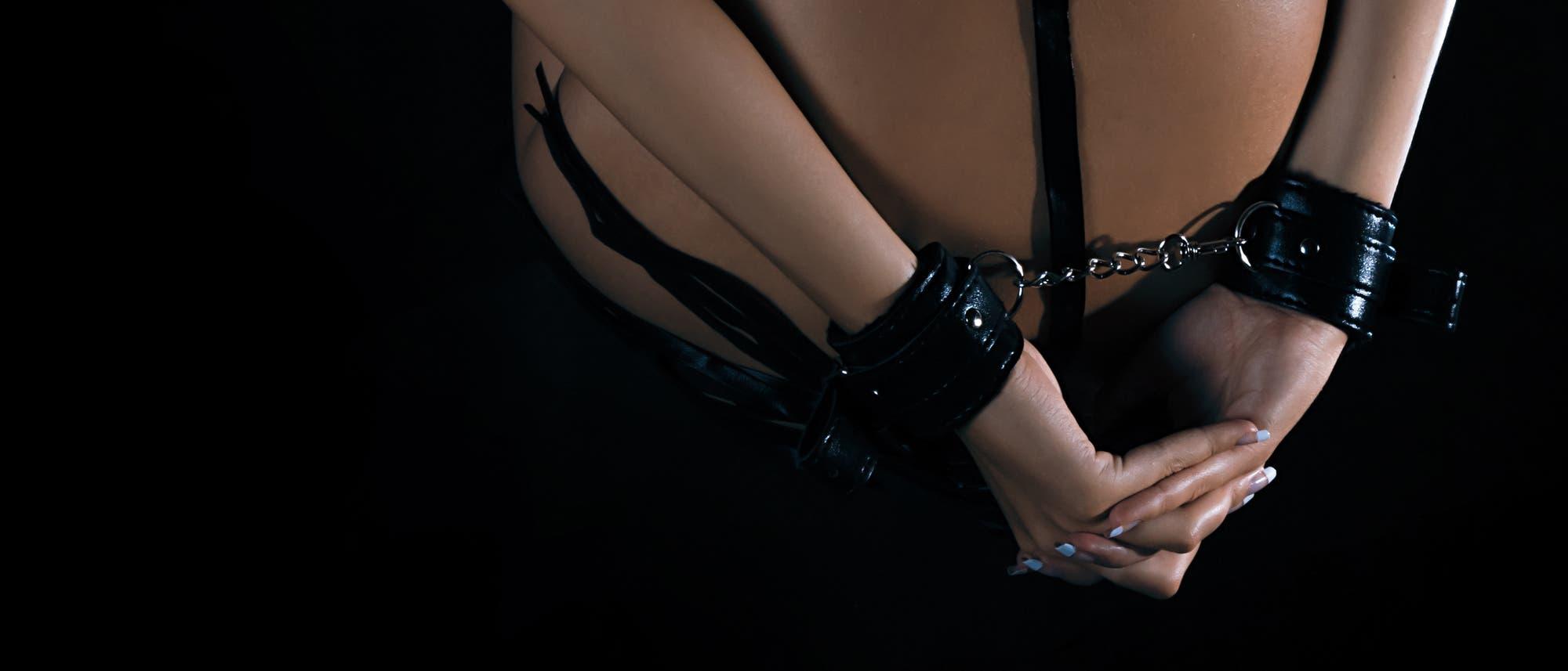 Eine Frau ist im Stil des Bondage gefesselt
