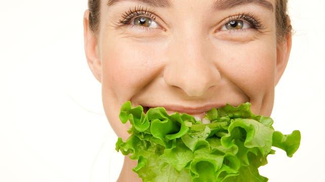 Salat und Frau quer
