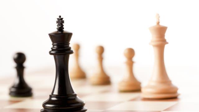 Ein Schachbrett mit Königen