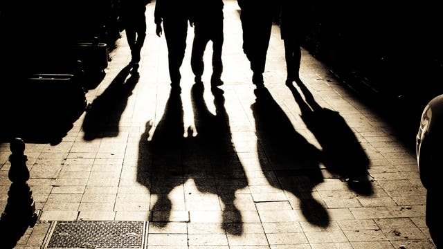 Schatten von Männern auf einer Straße