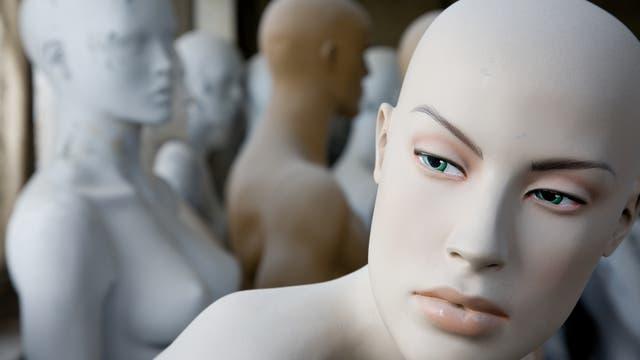 Kunst oder Realität? Schaufensterpuppe schaut aus dem Fenster