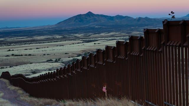 Ein massiver Grenzzaun erstreckt sich schon in Teilen Arizonas zwischen Mexiko und den USA